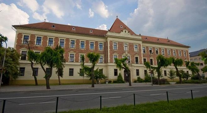 Botrányt rendez a Momentum: követelik a patinás gimnázium igazgatójának lemondását